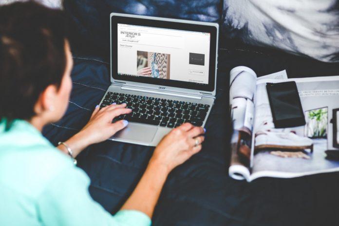 Dame laver modeblog på sin computer