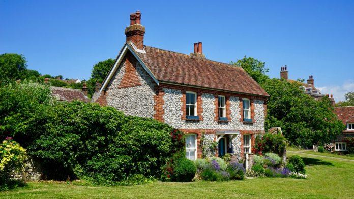 Gammel bygning med flot have