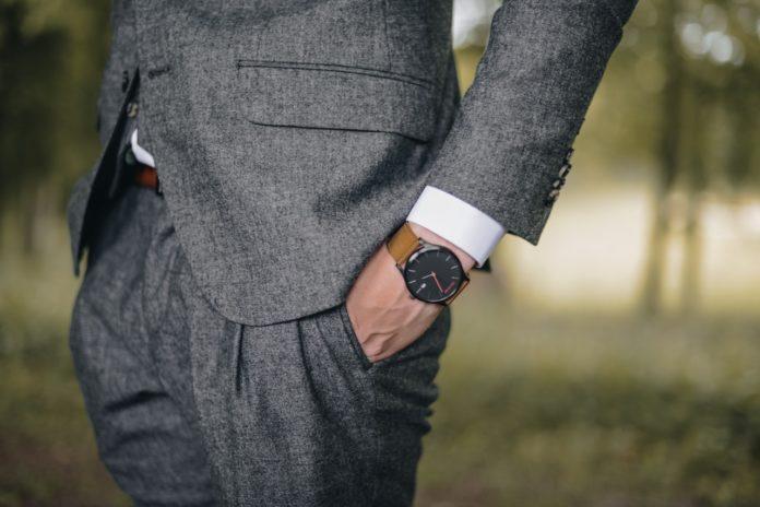 Business mand har jakkesæt og ur på
