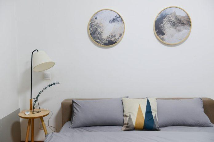 Stilet soveværelse med dekoration på væggene