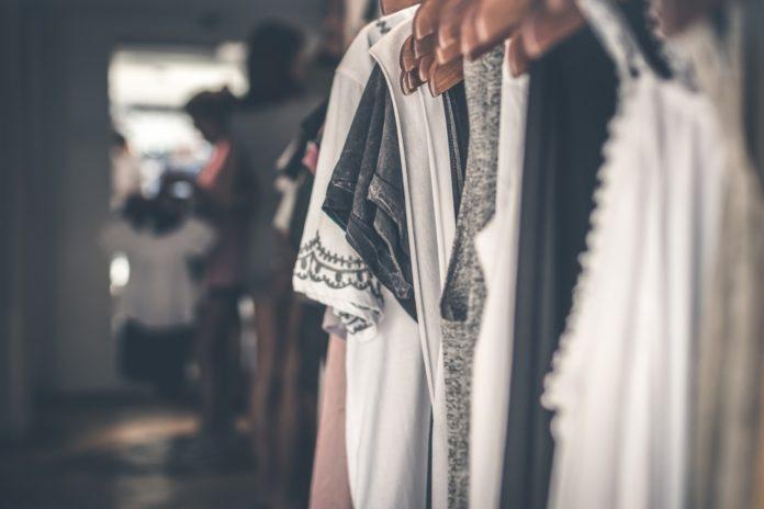 Tøj der hænger på knager