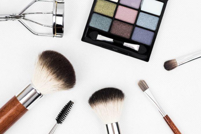 makeup redskaber på bord