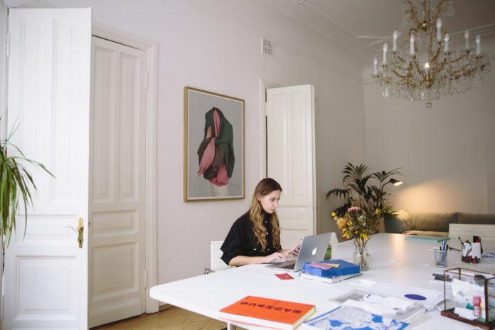 Kvinde arbejder på computeren i stuen