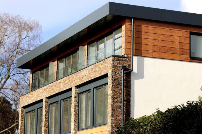 Moderne hus bliver set fra siden