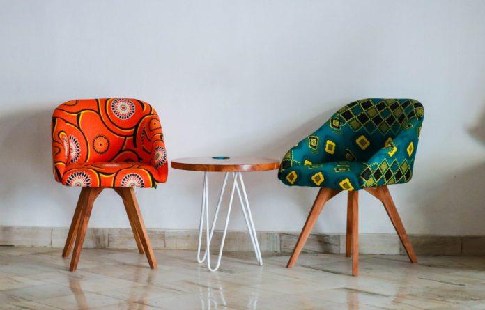 To stole i både rød og grøn