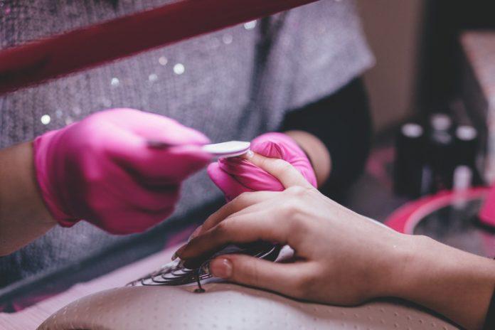 Kvinde får lavet negle af en professionel