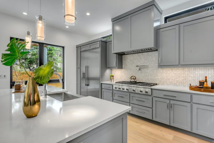 Moderne køkken i gråt og hvidt