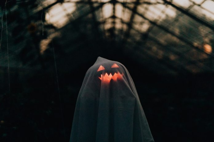 Person er klædt ud som spøgelse