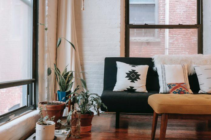 Moderne stue med flotte gardiner