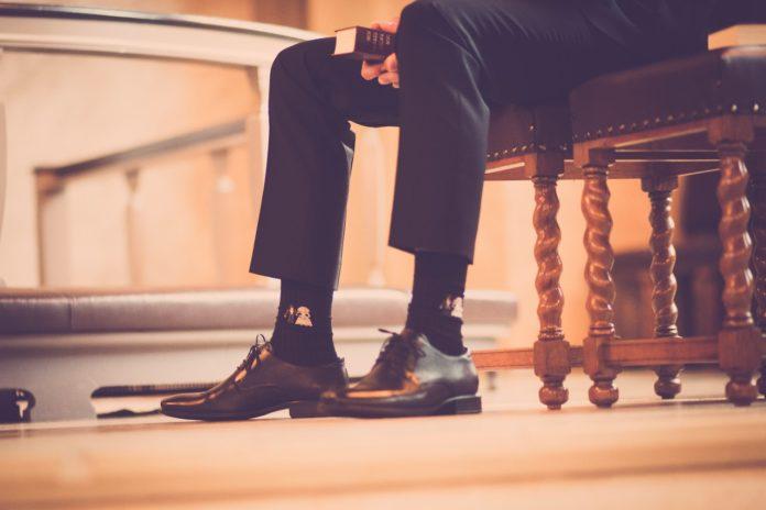 Person har fine sko på og sort strømper